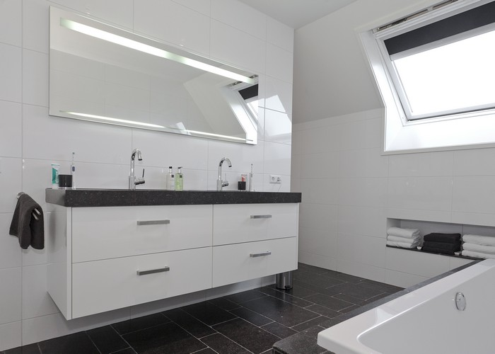 Witte Badkamer Wastafel : Witte badkamer bad dubbele wastafel toned u stockfoto