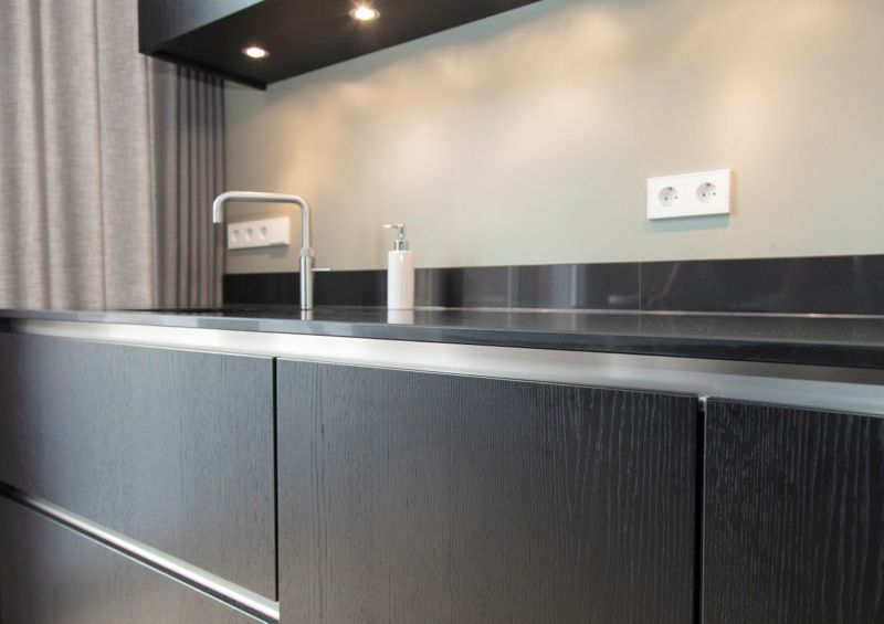 Keuken Eiken Zwart : Moderne greeploze keuken donkergrijs met wit van doren