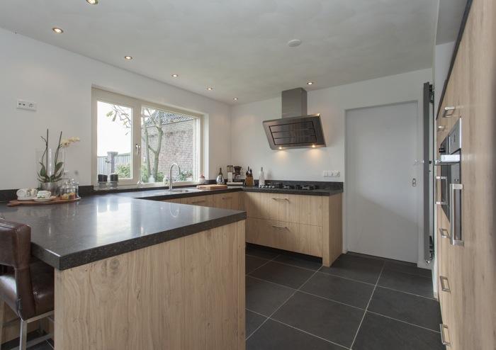 Thijs van de wouw keukens robuust en modern - Foto grijze keuken en hout ...