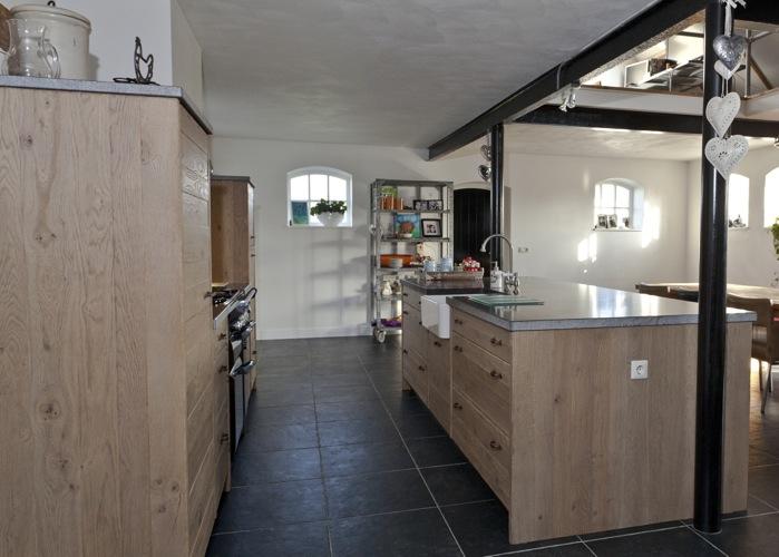 Zwarte Keuken Handgrepen : De keramische spoelbak is door middel van onderbouw in het eiland