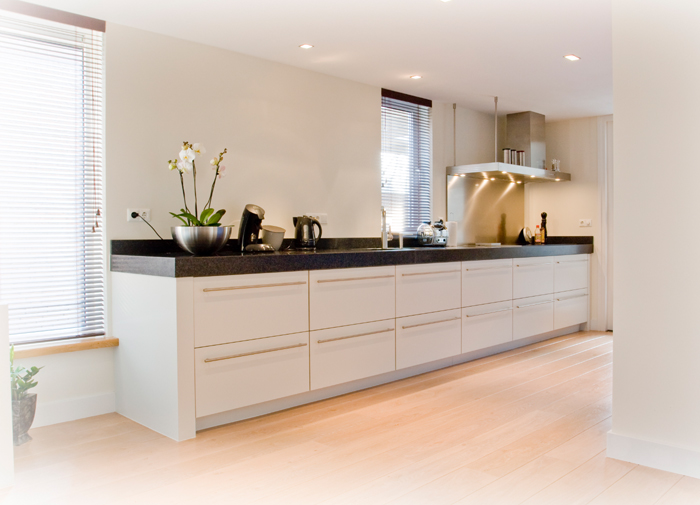 Ruime keuken met veel licht mede dankzij de lichte houten vloer