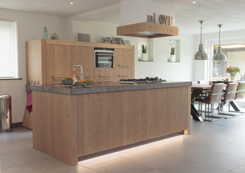 Keuken Eiken Modern : Schitterende keuken met robuuste eiken gefrijnde fronten met knoesten
