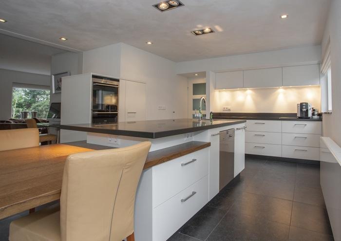 Keuken Afzuigkap Inbouw : Rustige warm-witte moderne keuken met veel ruimte en lades