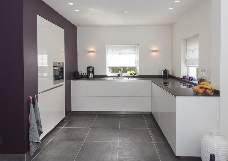 Keuken Modern Strak : Een bijzondere strakke keuken met een apart paars accent