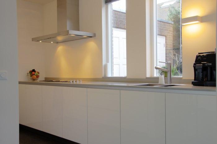 Strakke Keuken Wit : De ruimte is optimaal benut in deze moderne keuken