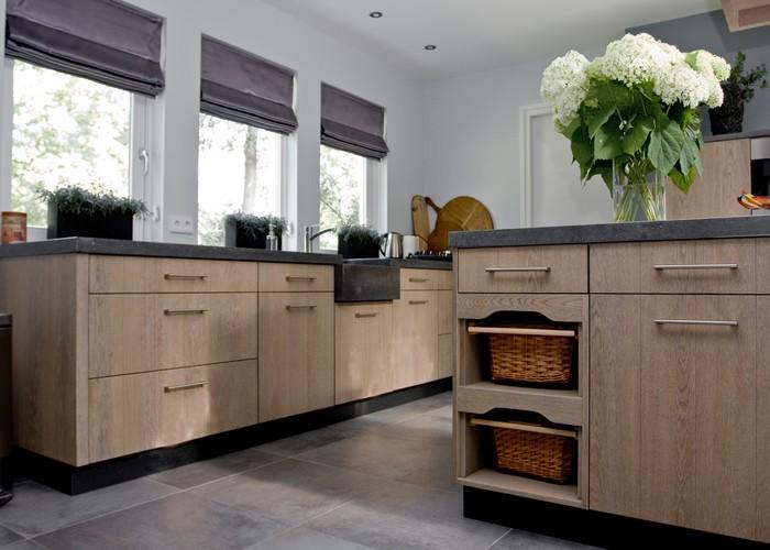 Ruw Eikenhout Keuken : De houten fronten zijn eiken gefineerd (ruw opgeborsteld, gebeitst en