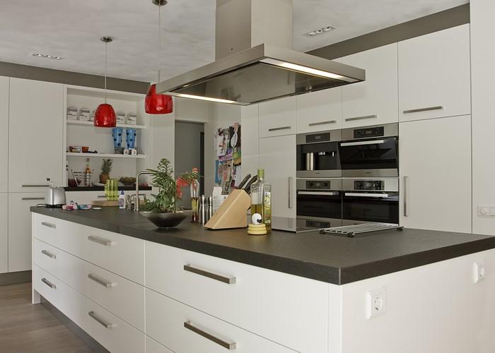 Luxe Keuken Met Kookeiland : Voor dit interieur is ook een kast op de slaapkamer gemaakt tot aan