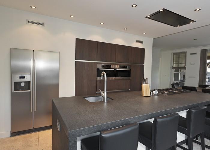 Ruime Moderne Keuken Met Gefineerd Notenhout Pictures
