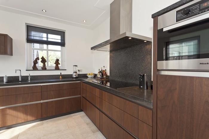 Moderne luxe ruime keuken met greeploze fronten