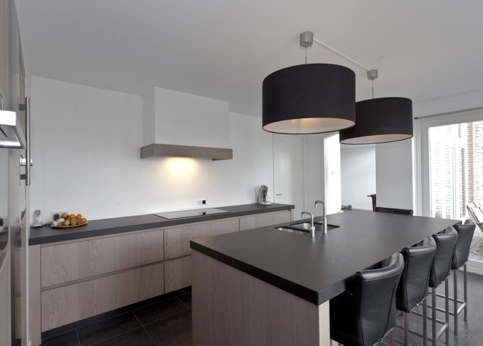 Keuken Strak Warm : In de bijkeuken loopt de chique strakke stijl door maar zijn er