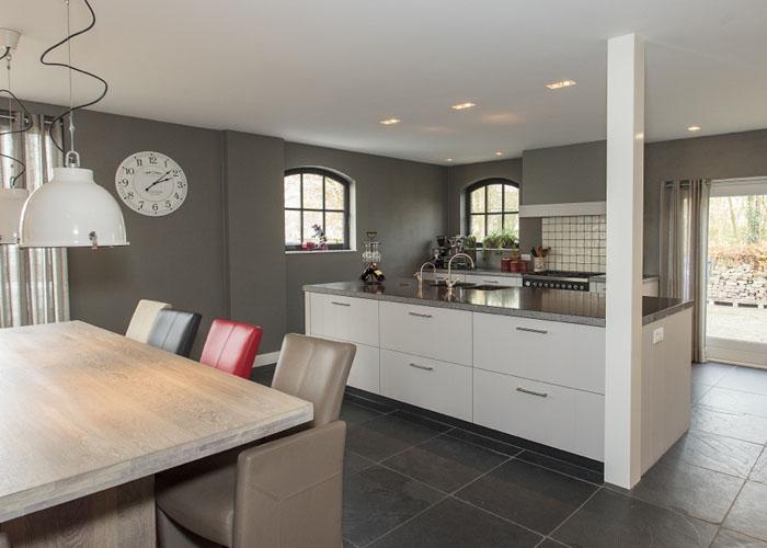 Keuken Strak Design : Klassiek strakke keuken met bijzonder kookeiland