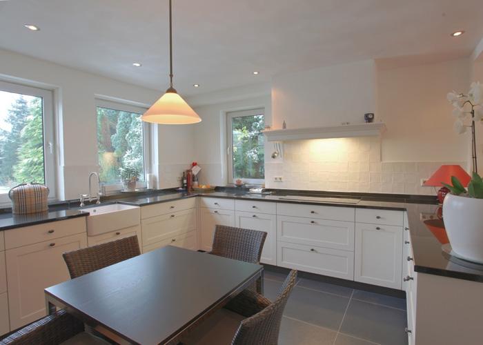 Zuidelijk witte keuken met massief eiken fronten