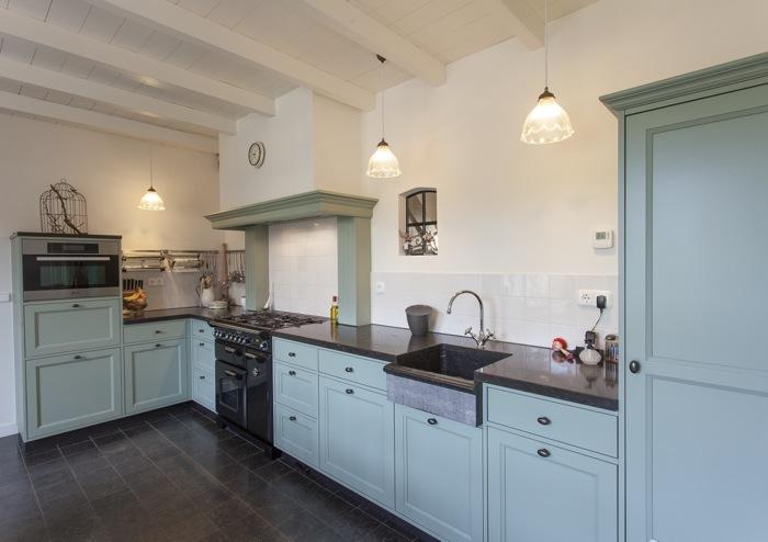 Thijs van de wouw keukens eiken raamwerk - Witte keuken voorzien van gelakt ...