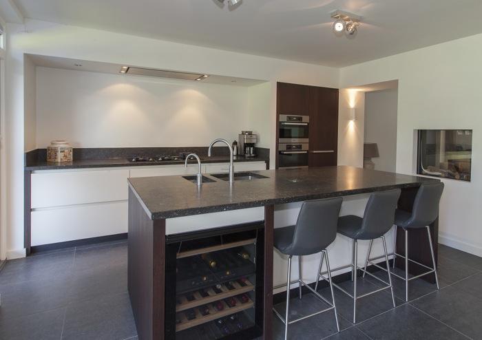 Strakke Keuken Met Eiland : Moderne strakke keuken moet hoog kastwerk in donker eiken gebeitst