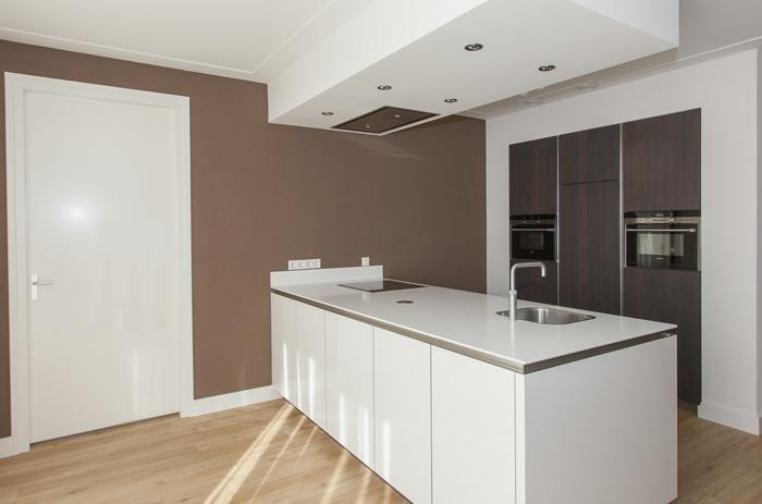 Moderne hoogglans keuken gecombineerd met warm notenhout