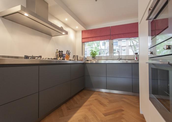 Thijs van de wouw keukens strakke rvs look - Moderne keuken kleur ...