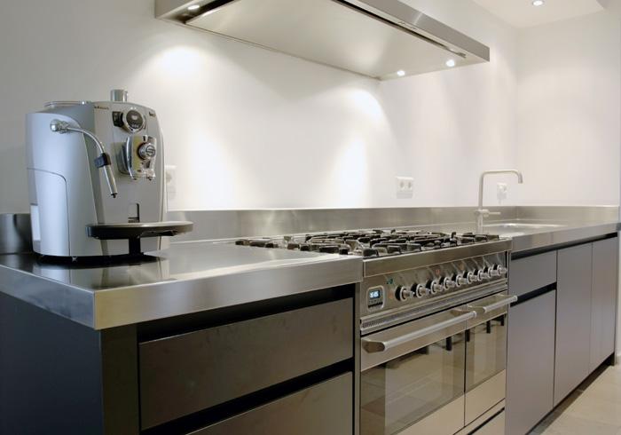 Industriele Keuken Te Koop : Industrieel strakke keuken met roestvrijstalen aanrechtblad